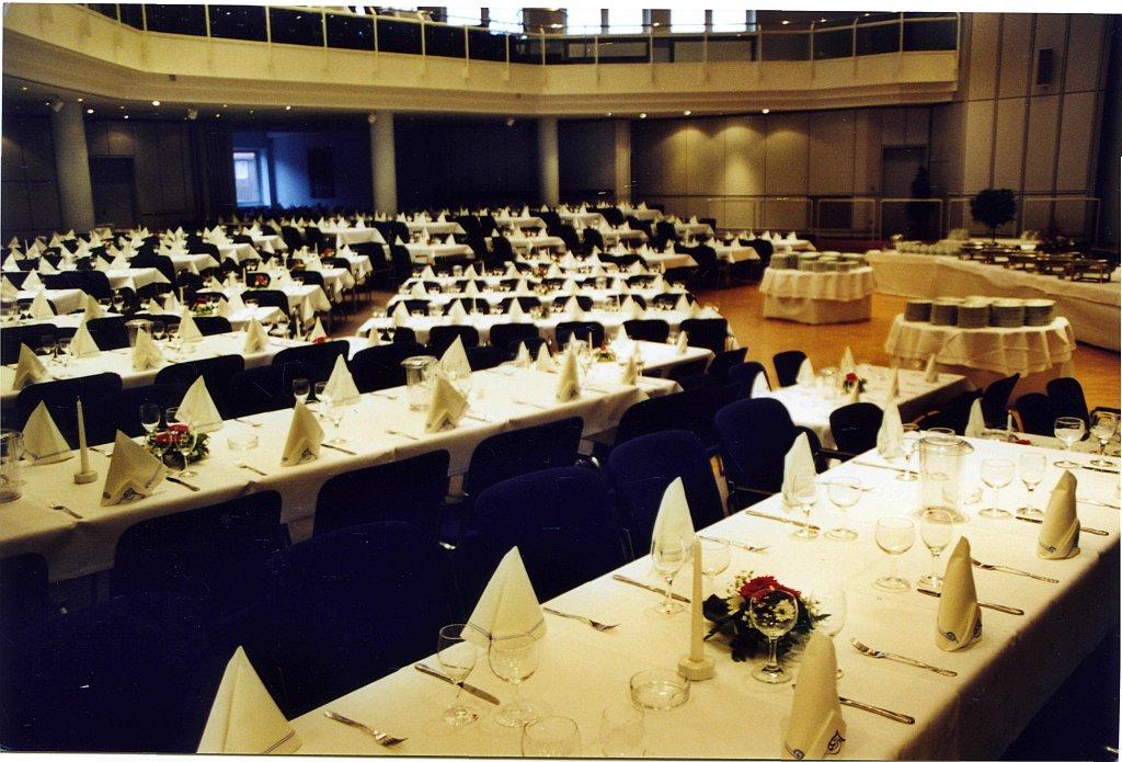 Der Saal mit festlich eingedeckten Tischen